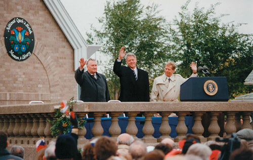The presidents of the Czech Republic, Slovakia, and the United States dedicate the National Czech & Slovak Museum & Library in 1995. Zdroj: https://en.wikipedia.org/wiki/National_Czech_%26_Slovak_Museum_%26_Library#/